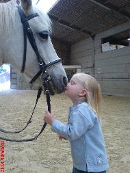 image-enfant-donnant-bise-museau-cheval