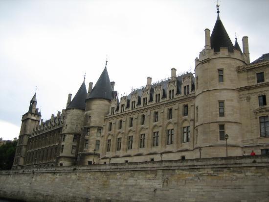 http://s3.archive-host.com/membres/images/222568724/GAZETTES/la-conciergerie.jpg